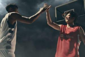 田中圭、華麗なドリブル&シュート披露 八村塁選手と初共演【ソフトバンク】