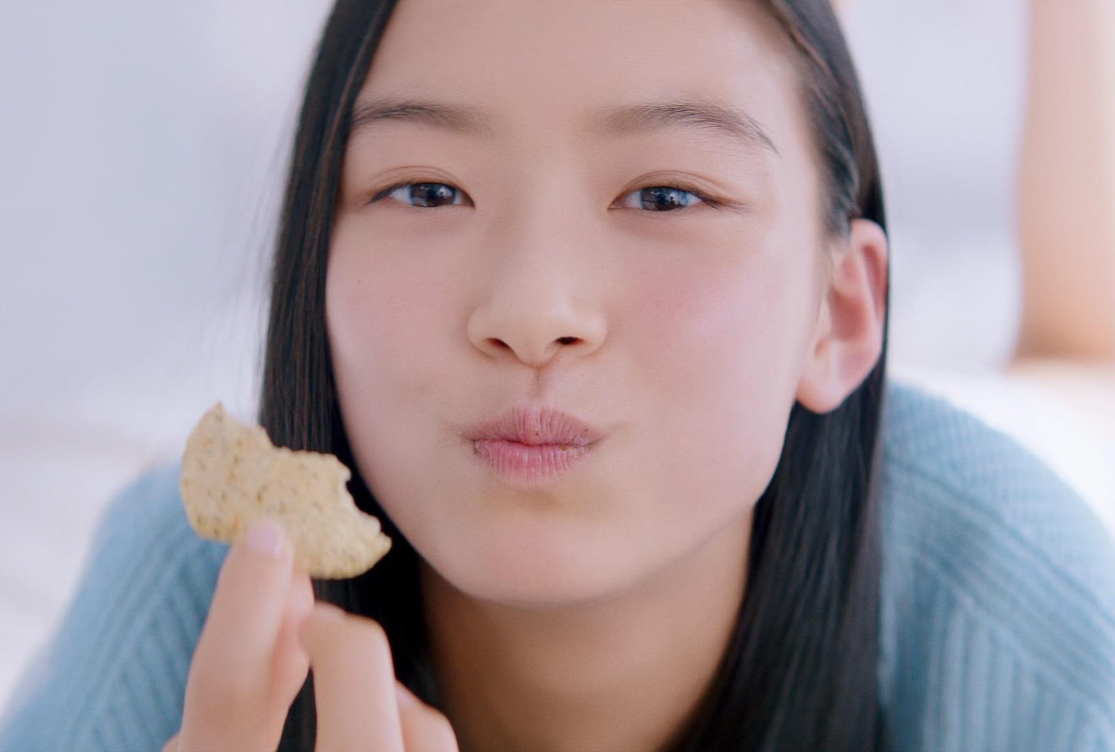 ドアップでポテチを食べる女の子が「かわいい」と注目集まる!汐谷友希がTVCM初出演